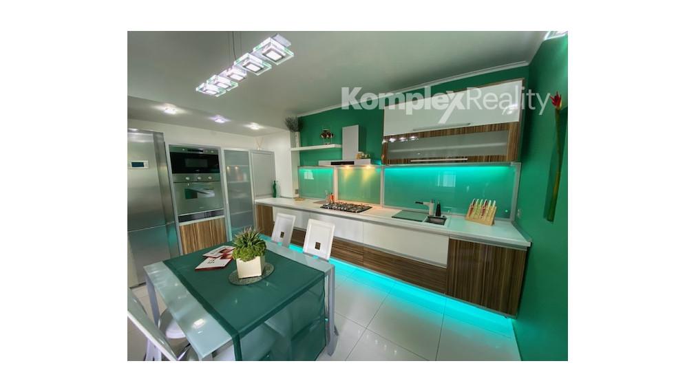 Predaj- luxusná rodinná vila s 2 balkónmi a s garážou Nové Zámky